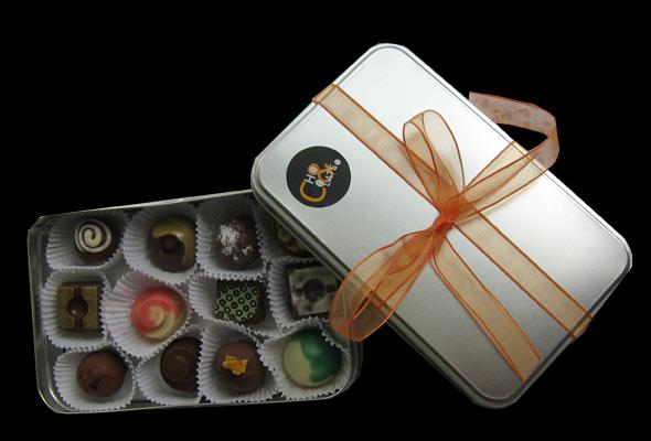 Trufas y Bombones de Chocolates en empaque metálico realizados por Chocolate & trufas